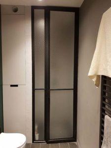 czarne drzwi prysznicowe