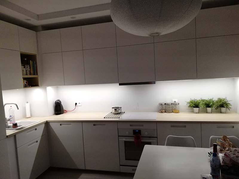 biała kuchnia; biały panel szklany